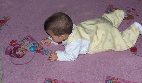 El gateo del bebé: comienza su independencia