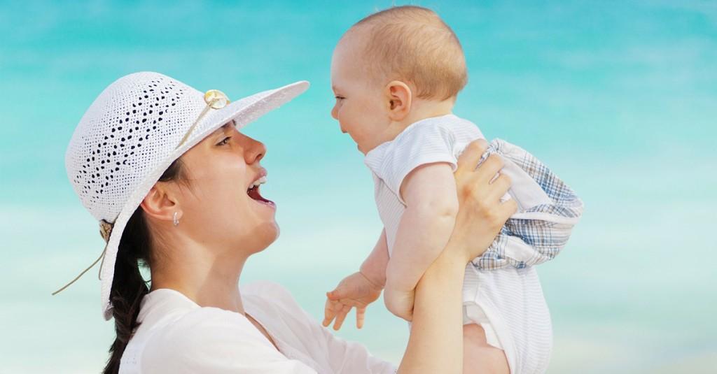 coger al bebé en brazos