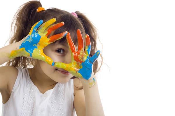 niña manos pintada