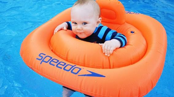 bebé en la piscina